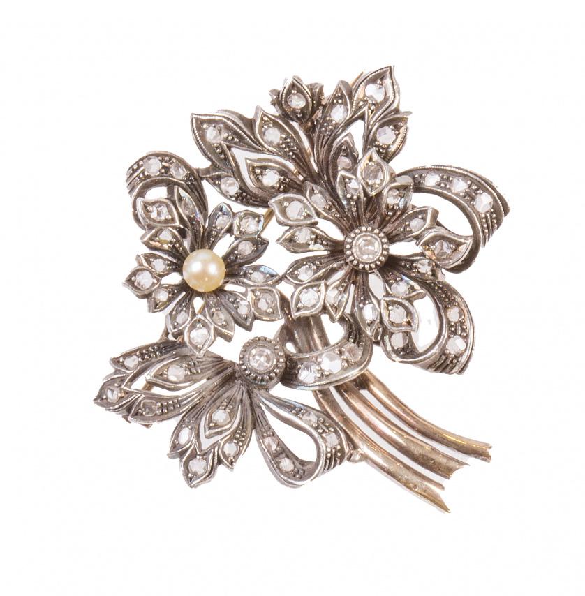 Broche en forma de ramo  y cintas con flor central coronada