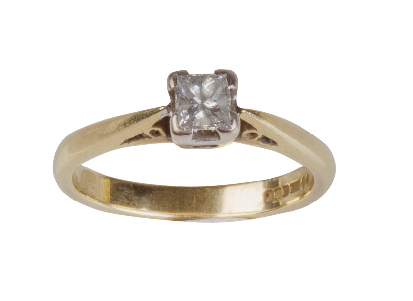 Sortija solitario con un diamante talla princesa de 0,20 ct