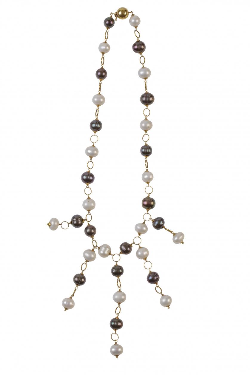 Gargantilla de perlas blancas y negras alternas con eslabon