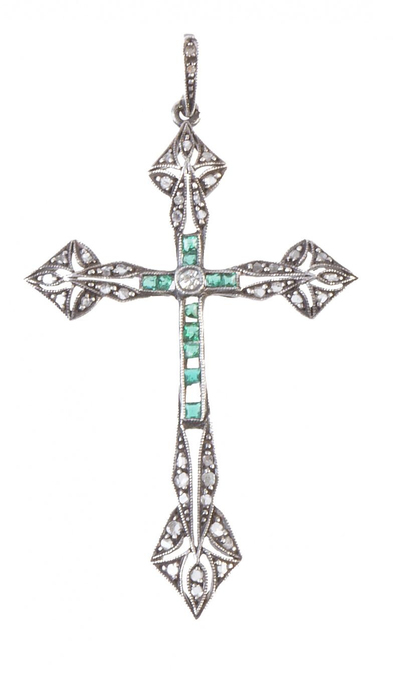 Cruz colgante Art-Decó con líneas centrales de esmeraldas c