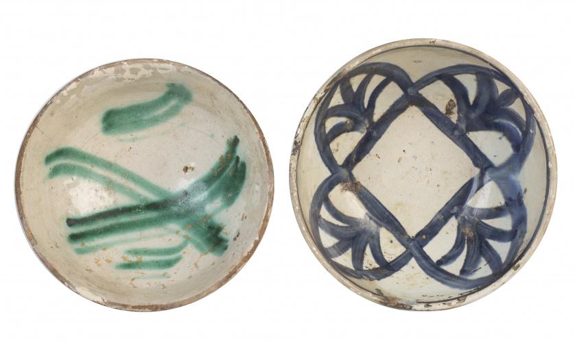 Dos escudillas en cerámica con decoración esmaltada en verd