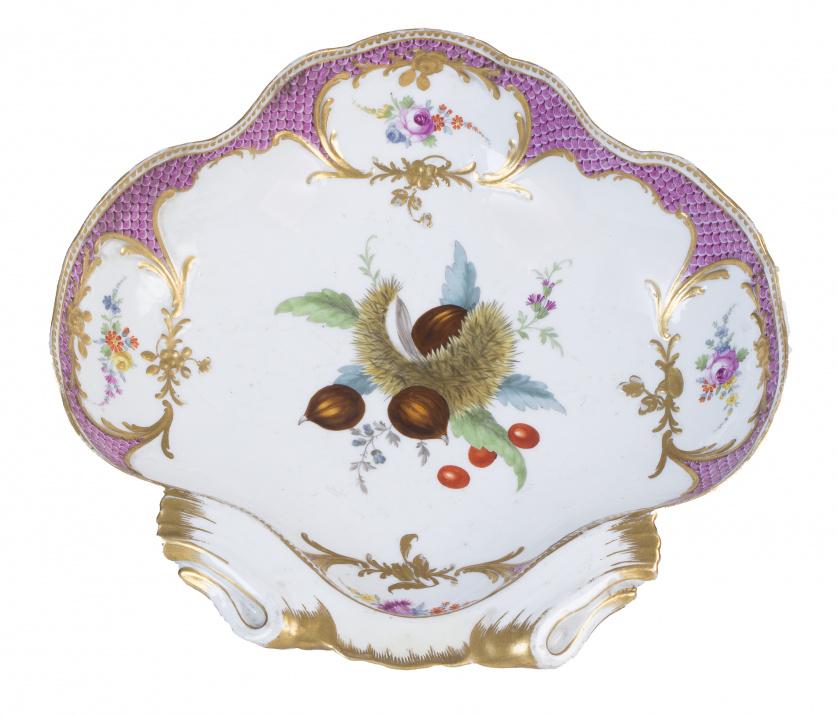 Fuente lobulada en forma de venera en porcelana esmaltada y