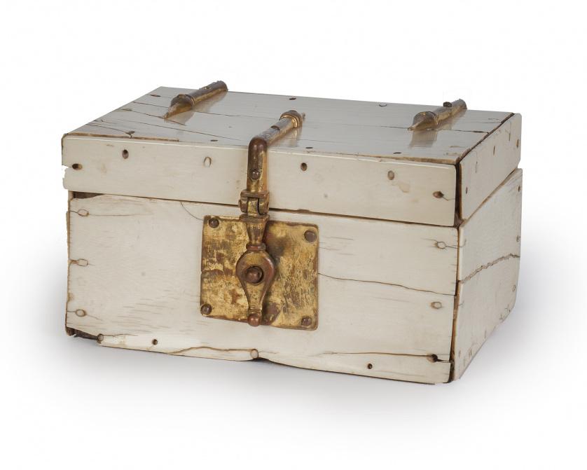 Caja de marfil rectangular de tapa plana con alma de madera