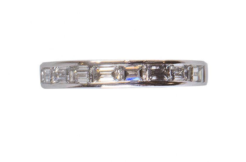 Sortija media alianza con diez diamantes talla baguette con