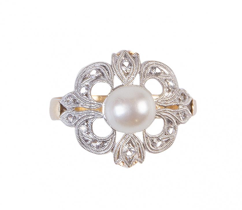 Sortija flor, con perla central y pétalos con zafiros blan