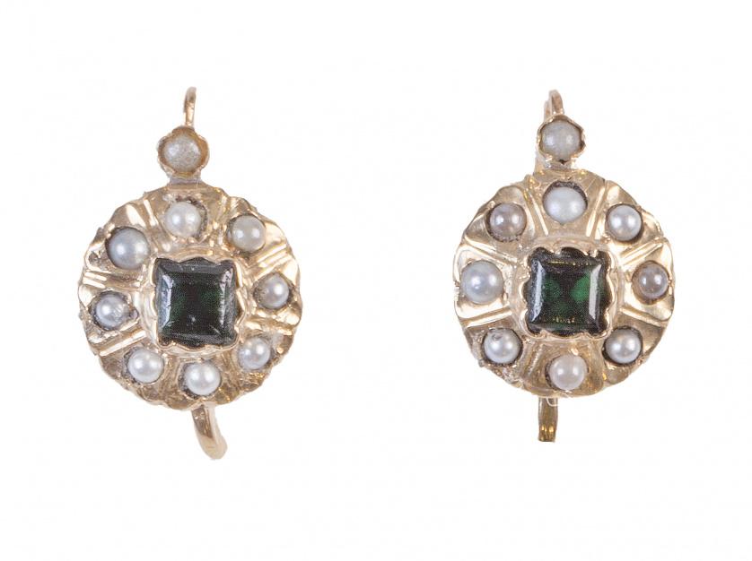 Pendientes de pp. S XX con rosetón de perlas rodeando símil