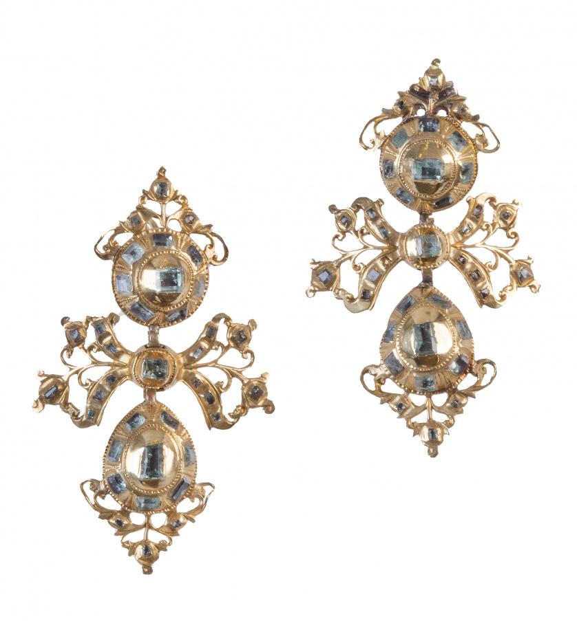 Pendientes largos populares S. XVIII-XIX de esmeraldas con