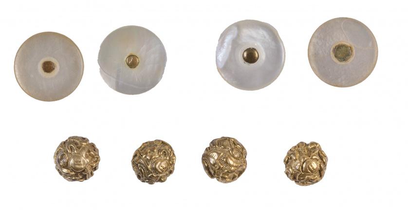 Conjunto de 4 botones en metal dorado y calado, y 4 botones