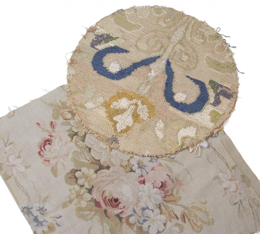 Lote de dos fragmentos de tapete, uno de Arraiolos (Portuga