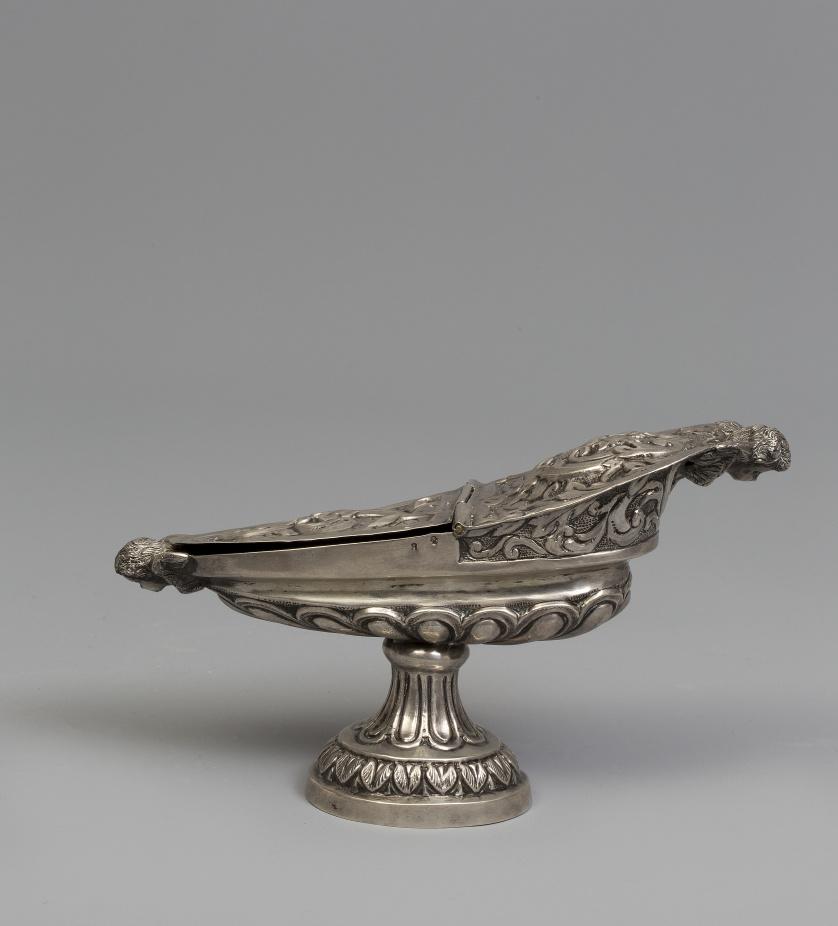 Naveta de plata en su color, repujada y cincelada. Con marc