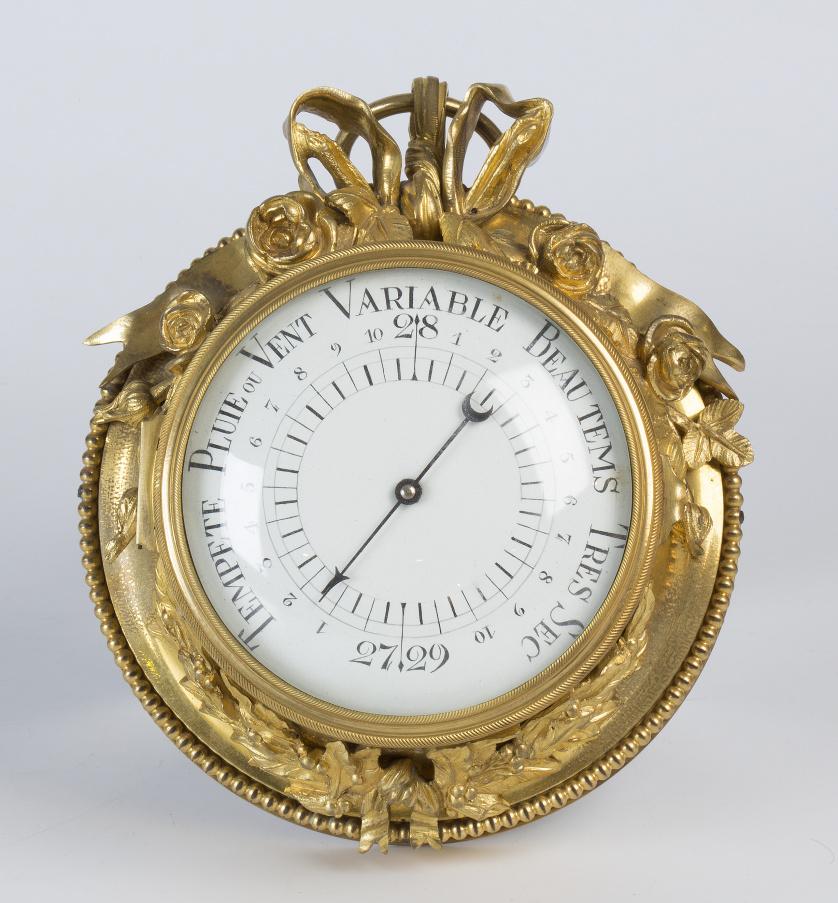 Barómetro en bronce dorado de estilo Luis XVI con esfera es