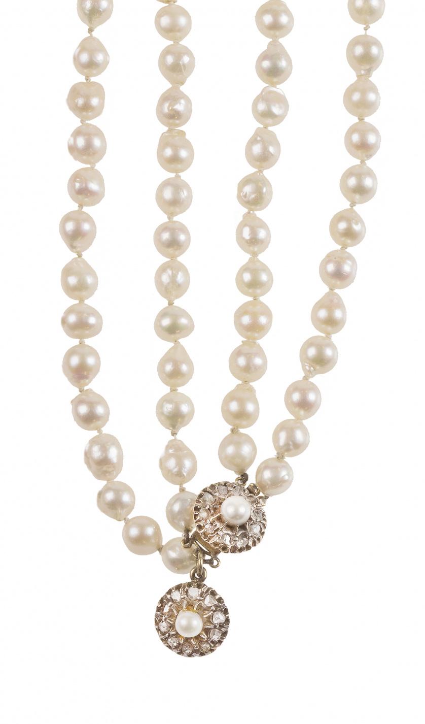 Collar de pp. S. XX con dos hilos de perlas cultivadas y ci