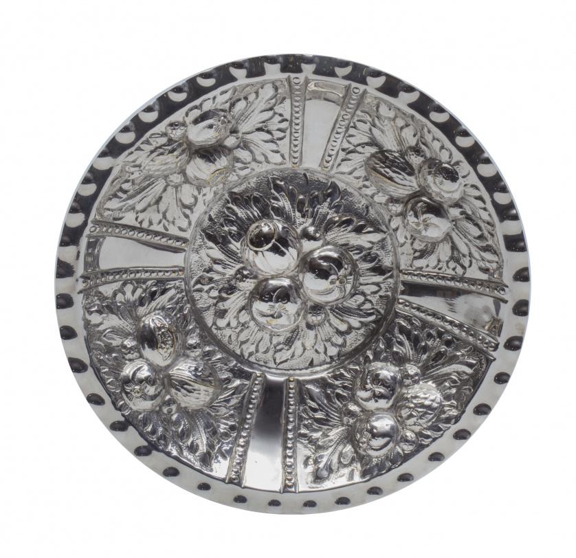 Plato acuencado de plata de decoración repujada de flores y