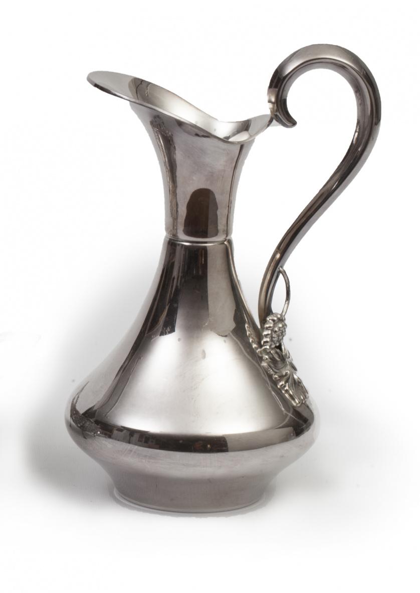 Jarro en metal para vino con pámpanos en el asa, S. XX.
