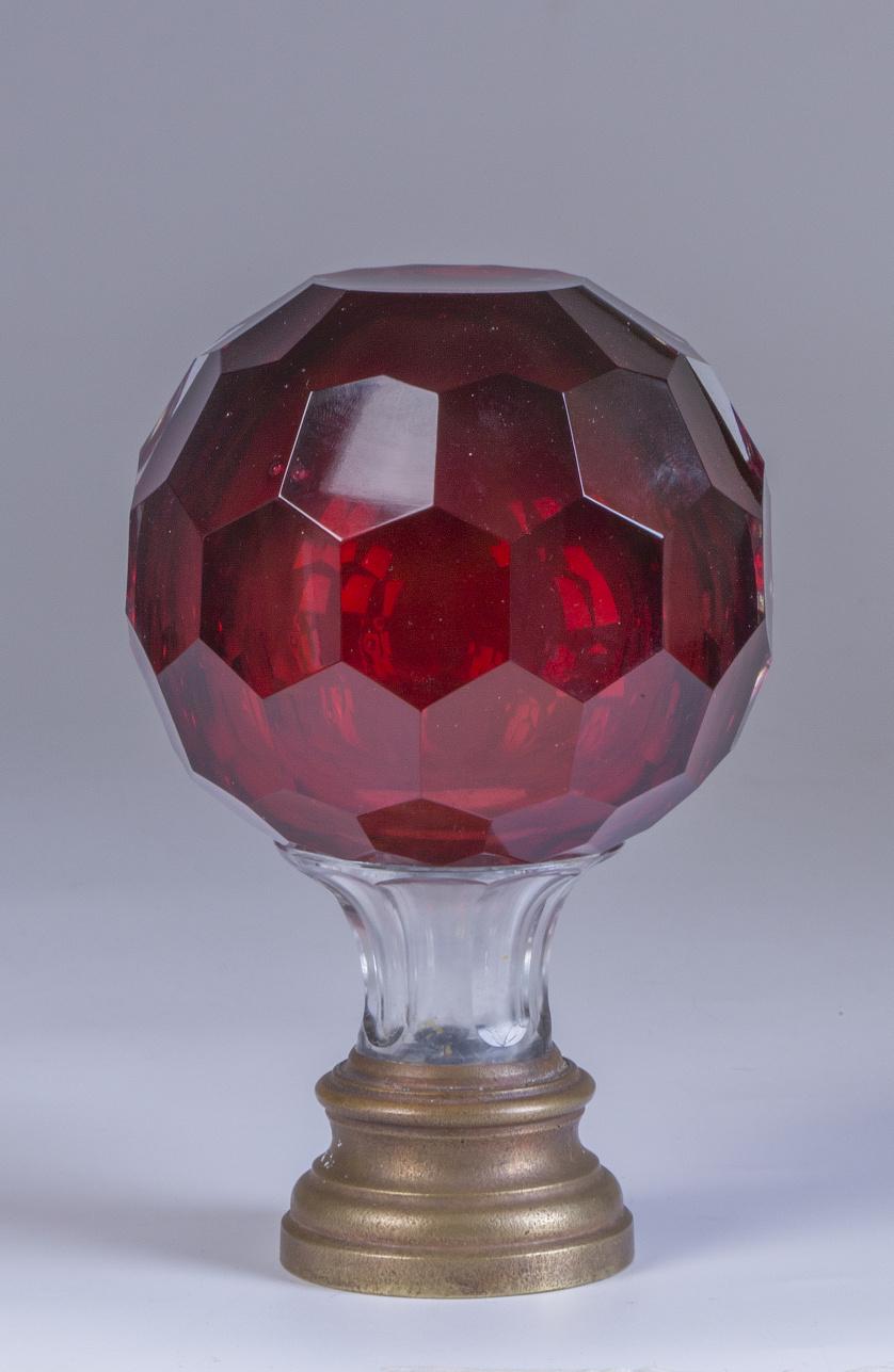 Remate de escalera en cristal granate facetado, con base de