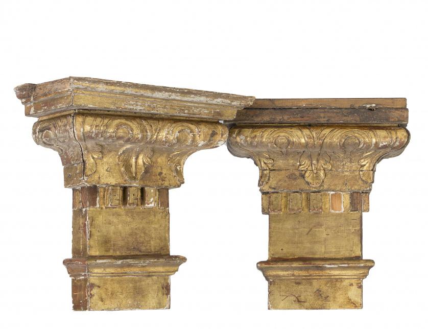 Dos capiteles en madera tallada y policromada.Trabajo esp