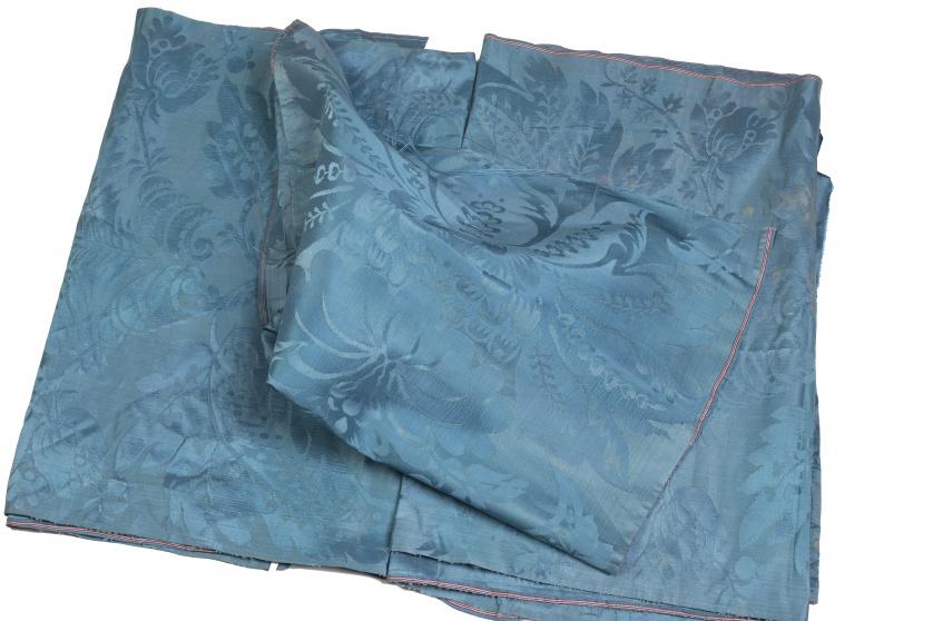 Tres paños de damasco azul tejidos en telar manual, S. XIX