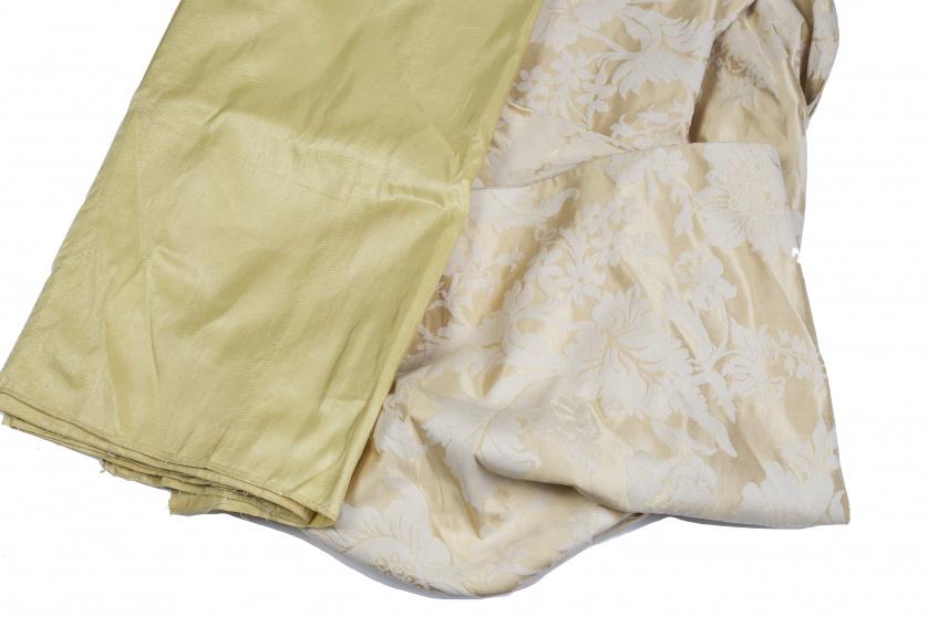 Dos telas: una en seda natural y otra en damasco amarillo.