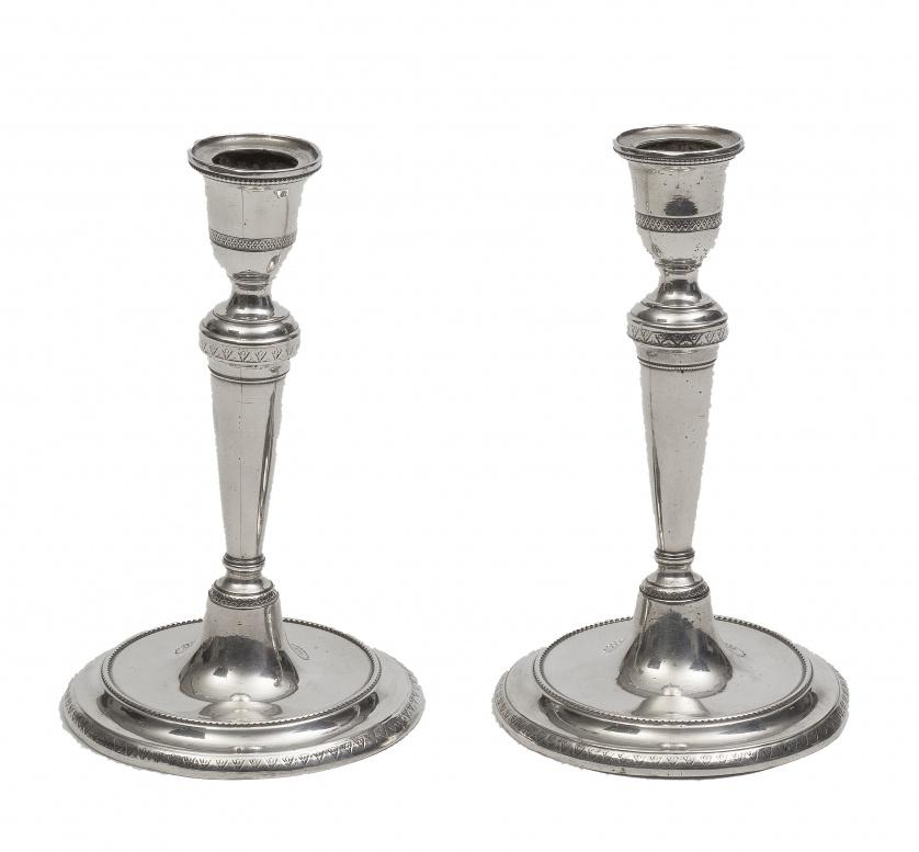 Pareja de candeleros de plata en su color decorados con con