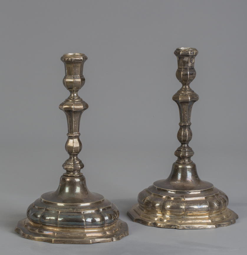 Pareja de candeleros Carlos IV de plata en su color. Con ma