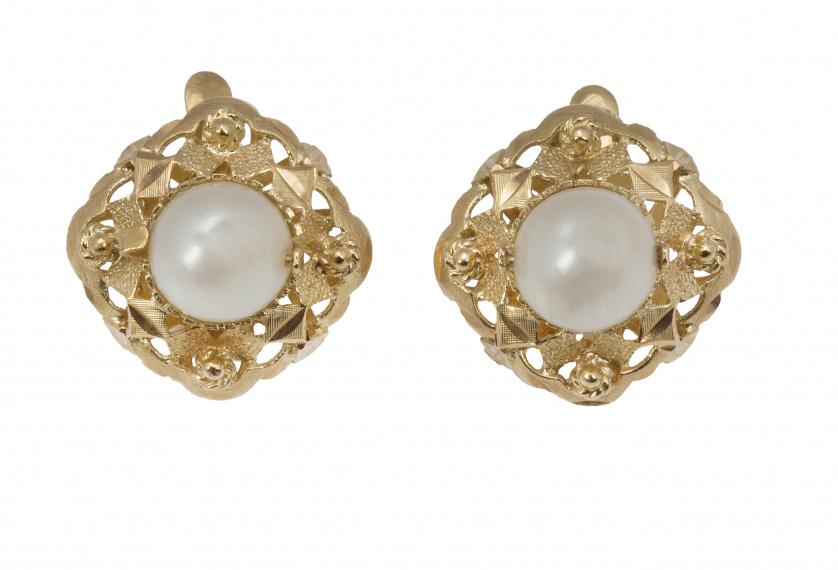Pendientes con perla central sobre marco cuadrangular calado