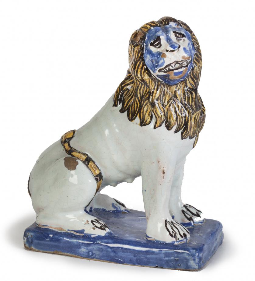 León sentado de cerámica esmaltada.Francia, S. XIX.