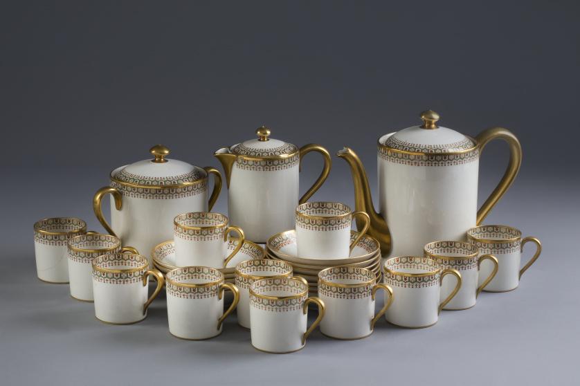 Juego de café de porcelana esmaltada y dorada, con cenefa d