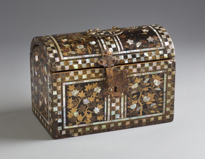 Arqueta Namban con tapa de medio cañón, en madera, laca y m
