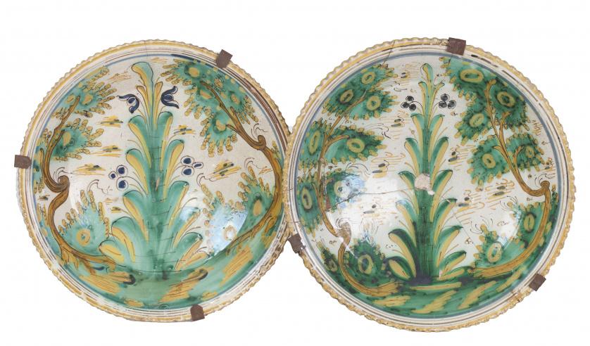 Dos cuencos de cerámica con decoración polícroma de la seri