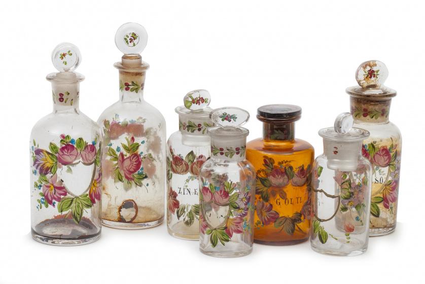 Lote de siete frascos de cristal con decoración esmaltada c