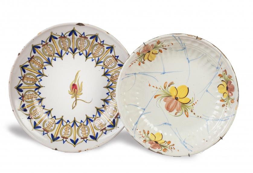 Dos platos de cerámica levantina, uno acuencado, quizás Onda