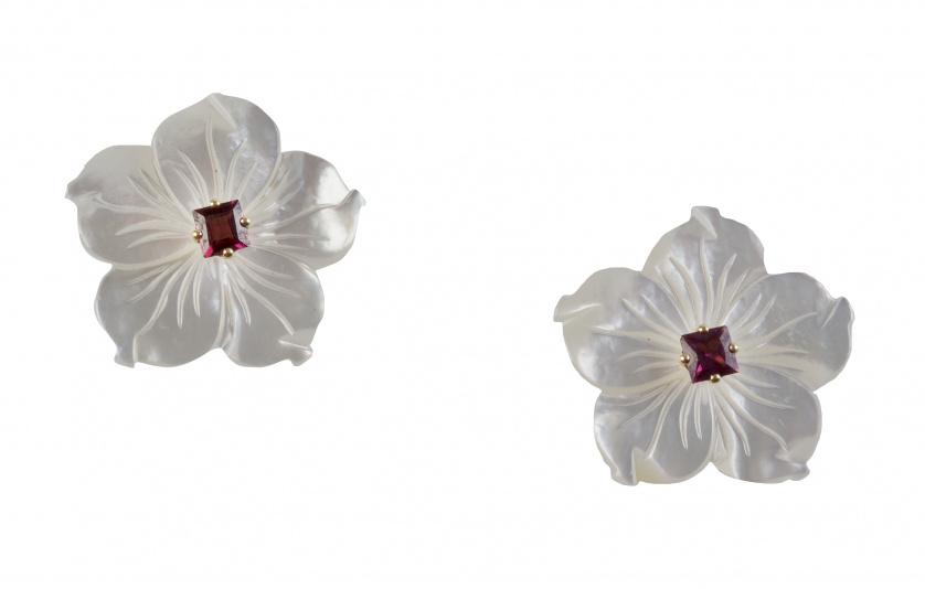 Pendientes flor con pétalos de nácar grabados y amatista de