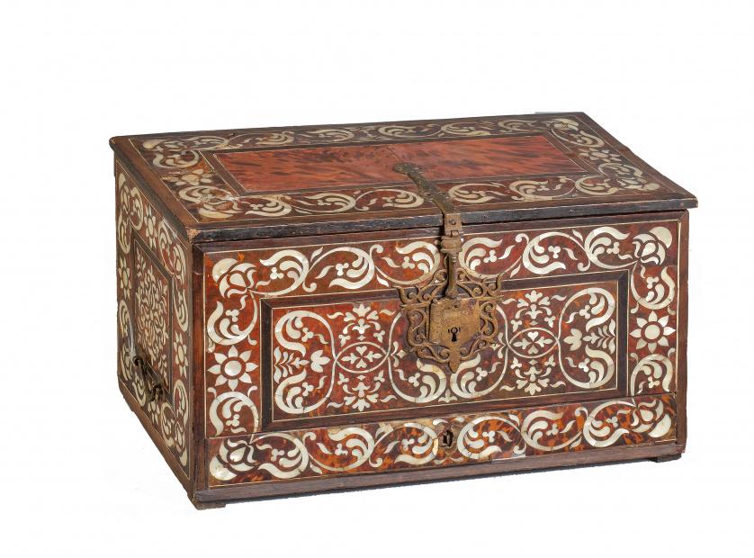 Caja en madera de cedro y caoba con incrustaciones de nácar