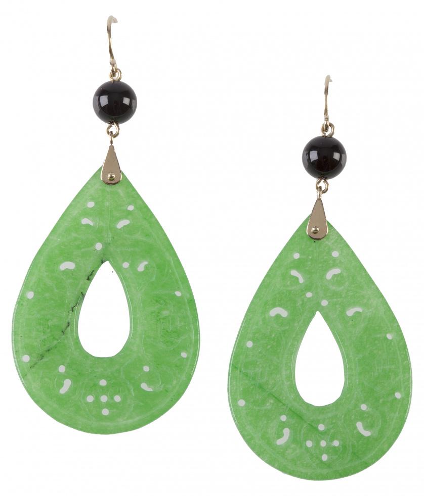 Pendientes largos con grandes gotas talladas de jade que pe