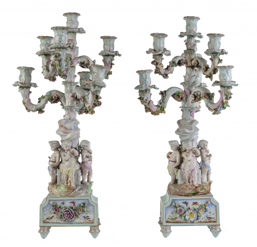 Pareja de candelabros de porcelana esmaltada de seis brazos