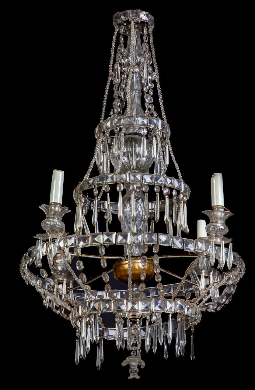 Lámpara Carlos IV con sartas de vidrio y cuentas facetadas.