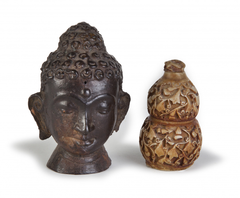 Lote formado por Buda en bronce y snuff bottle.