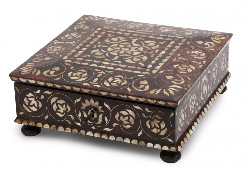 """Caja """"enconchada""""Virreinato del Perú, probablemente Lima,"""