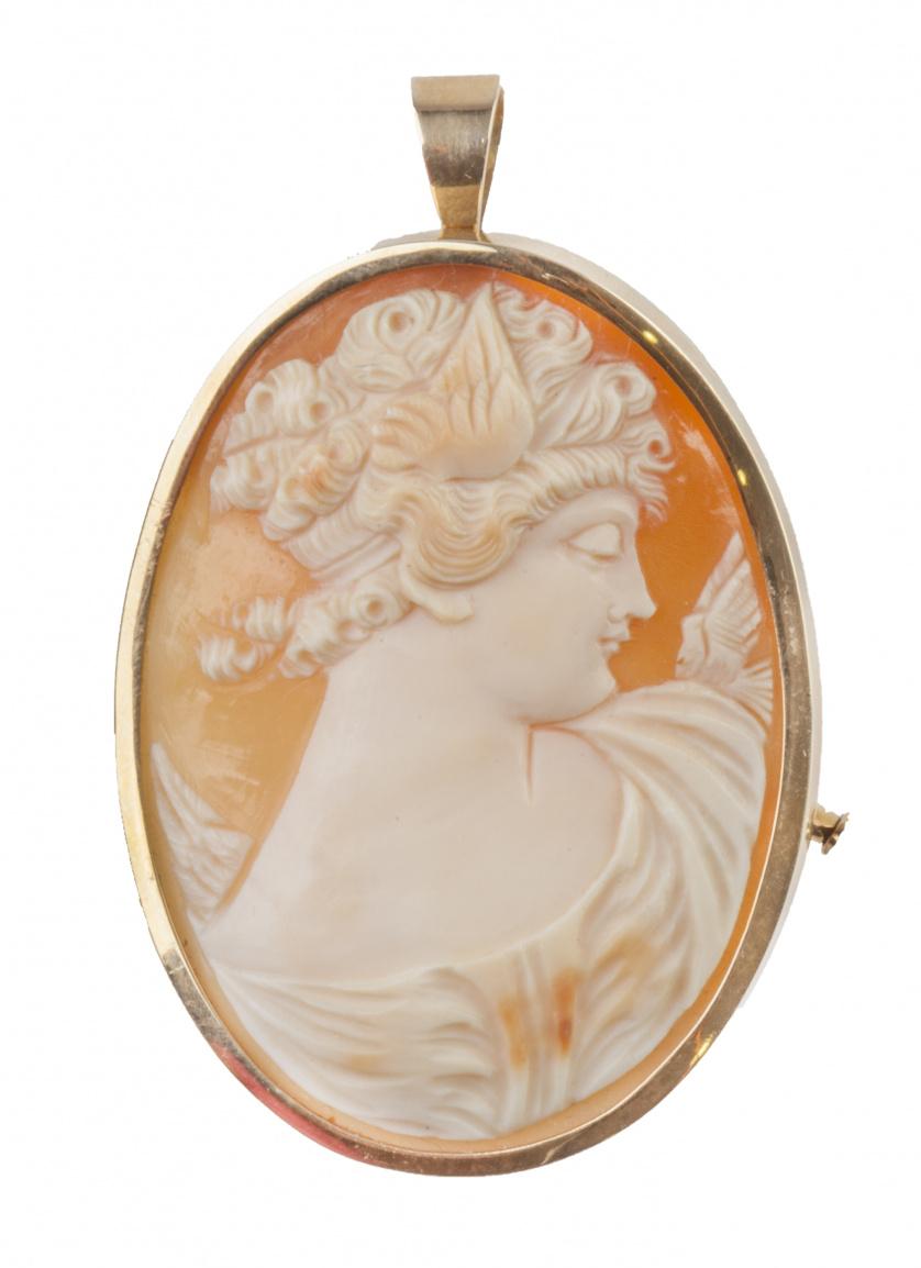 Broche colgante con camafeo de dama en concha bicolor con m