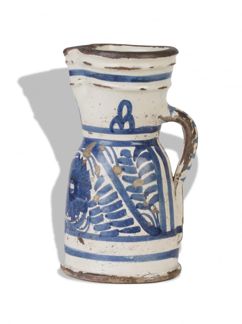 Jarro de Santiago  de cerámica esmaltada en azul cobalto de