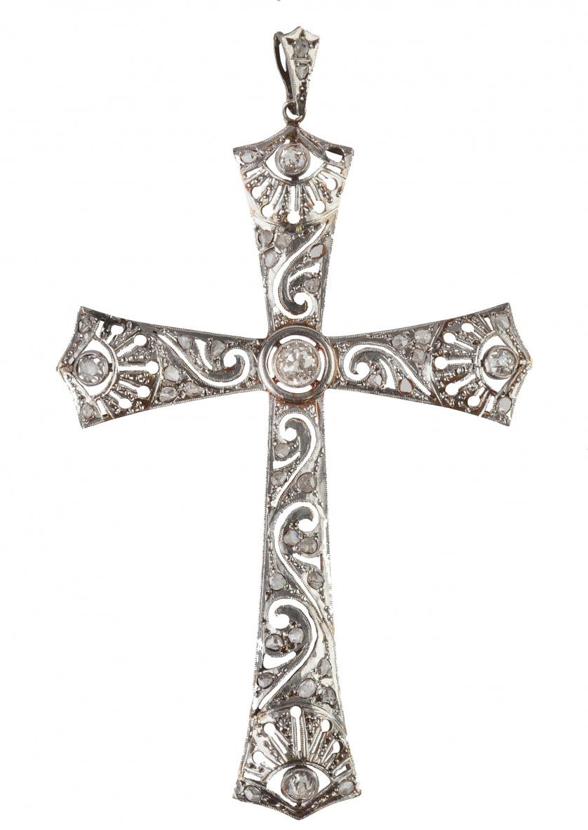 Cruz colgante de pp. S.XX con trabajo calado, diamantes y b