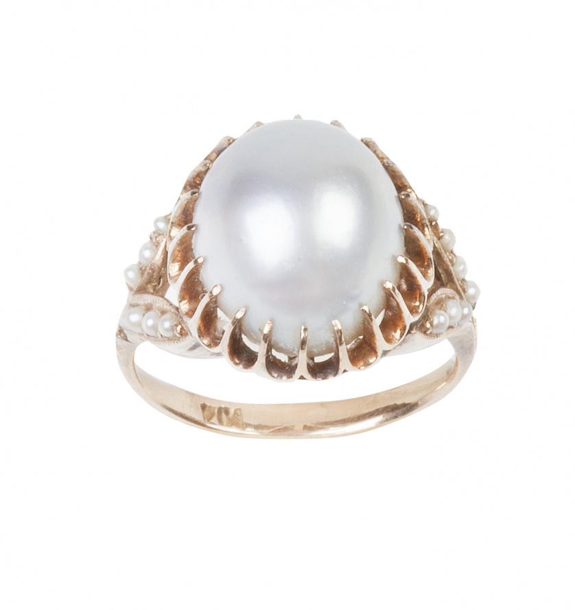 Sortija de pp. S. XX con perla ovalada de tono grisáceo en