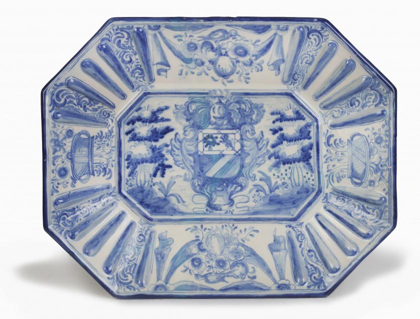 Fuente en cerámica esmaltada en azul y blanco con escudo en