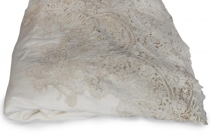 Mantel de hilo con bordado de punto de aguja y motivos flor