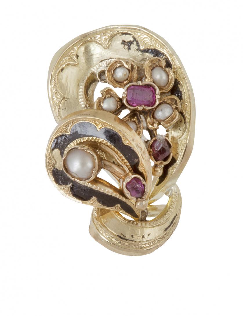 Broche de pp. S XX con esmalte perlitas y rubí en diseño de
