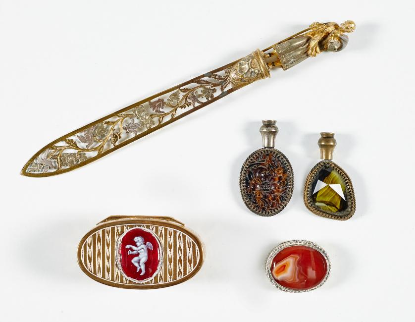 Caja oval de metal dorado decorado en guilloché con camafeo