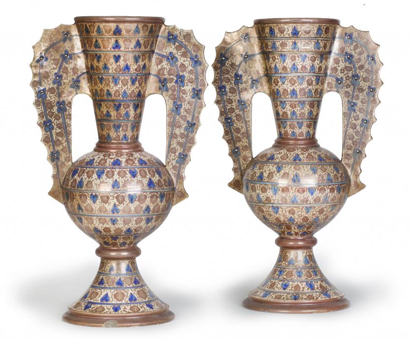 Pareja de jarrones de dos asas de cerámica de reflejo metál