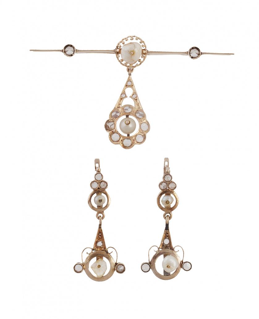 Conjunto de pendientes largos y broche con perlas finas y z