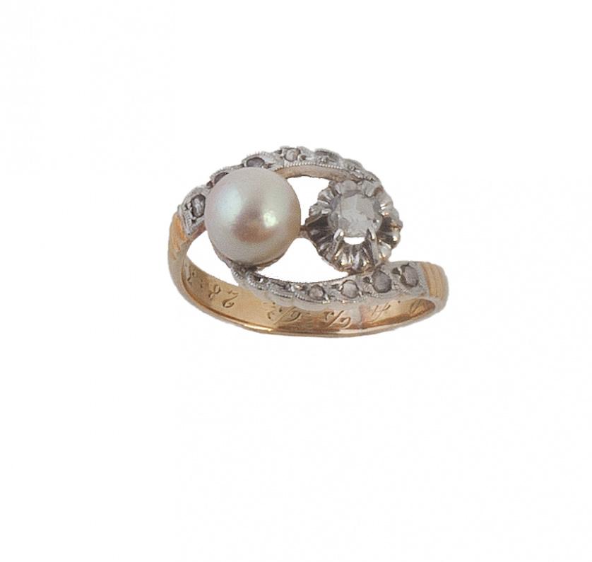 Sortija tu y yo con perla y diamante entre arcos de diamant