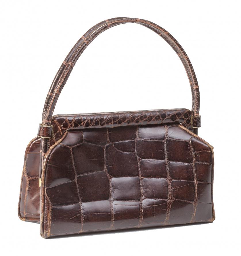 Bolso pequeño de piel de cocodrilo marrón oscuro con cierre